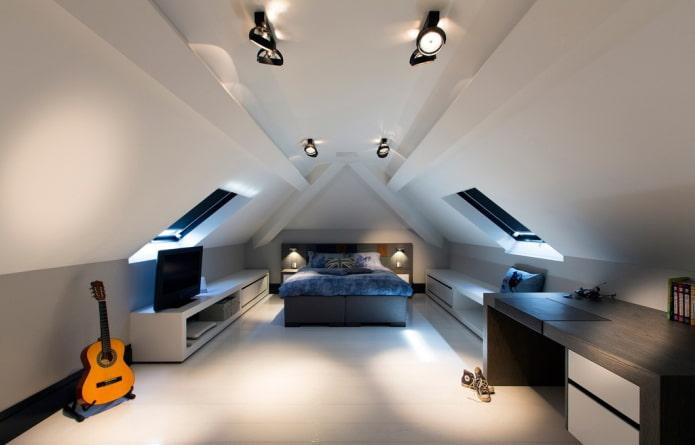 споты на потолке в мансардном помещении