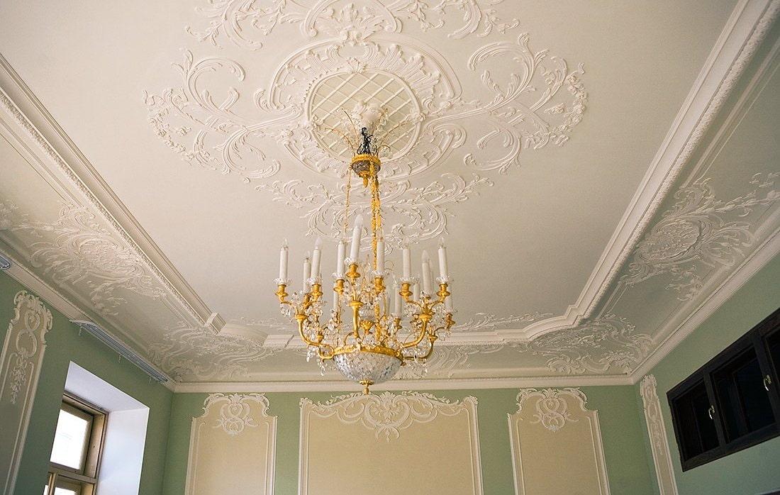 как украсить потолок из гипсокартона лепниной фото красивые стильные