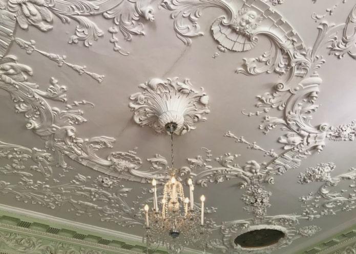лепной декор по всей поверхности потолка