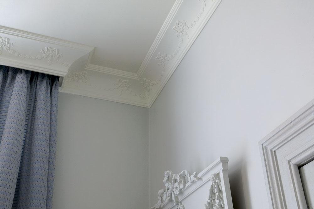 часто используется потолочный карниз на натяжной потолок фото белый тому же