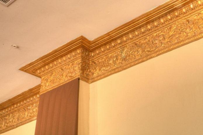 потолочная галтель золотистого цвета