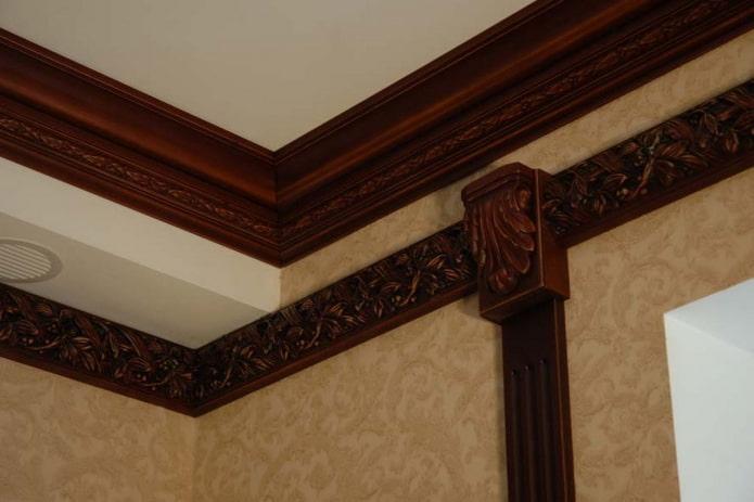потолочная галтель коричневого цвета