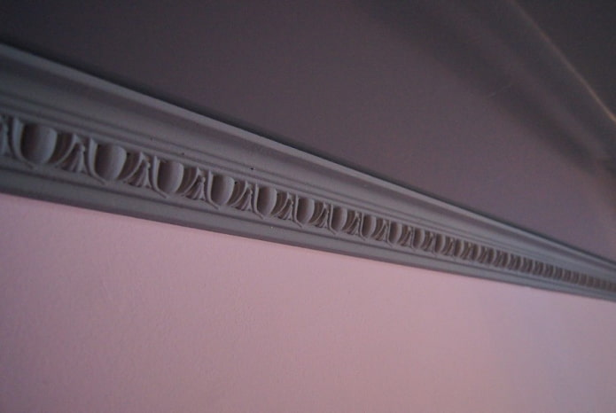 потолочная галтель серого цвета