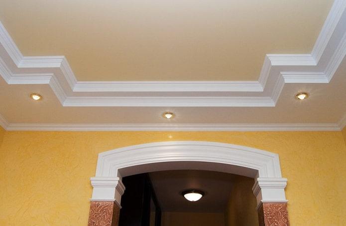 галтели в сочетании с подвесным потолком