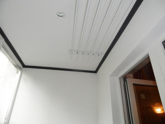 потолочные галтели на балконе