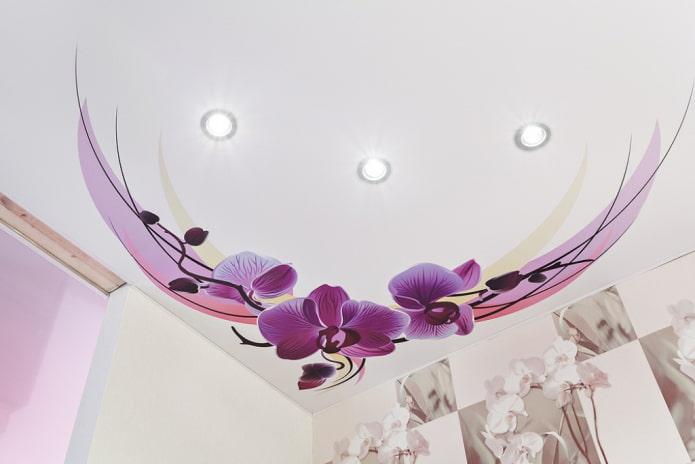 наклейка с изображением цветов на потолке