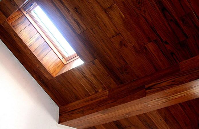 Ламинат на потолок: 60 фото, современные идеи декора ламинатной доской