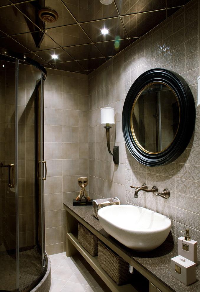 зеркальная потолочная конструкция в ванной