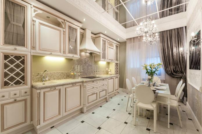 зеркальная потолочная конструкция на кухне