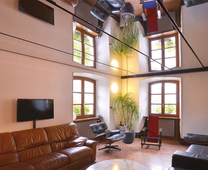 зеркальная потолочная конструкция в гостиной