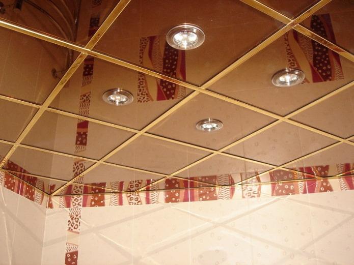 тонированная зеркальная потолочная поверхность