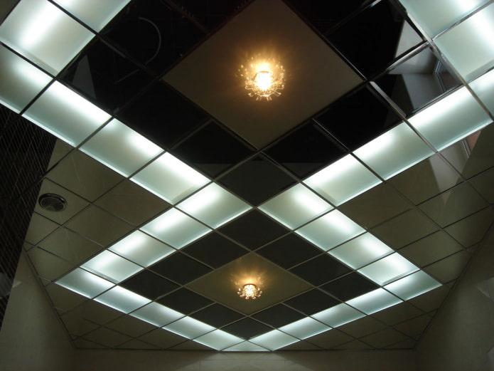 зеркальная потолочная конструкция с подсветкой