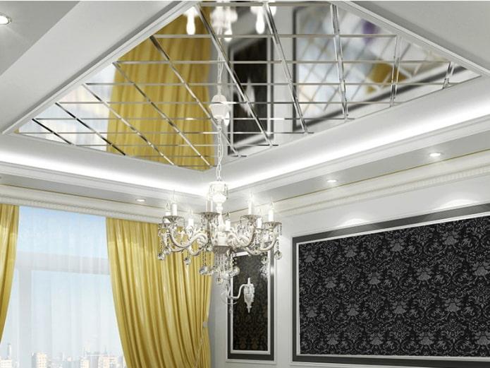 зеркальная потолочная конструкция с люстрой