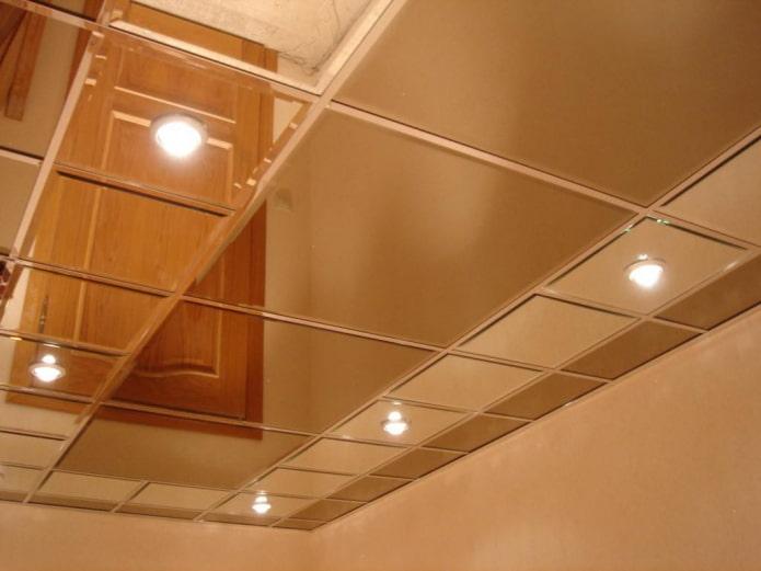 зеркальная потолочная конструкция с точечным освещением