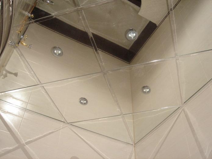 серебристая зеркальная потолочная конструкция
