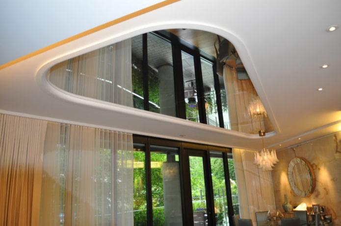потолок с зеркальными вставками