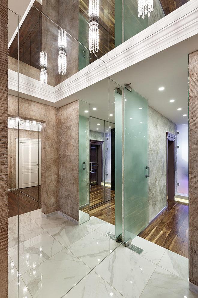 потолок с зеркальным эффектом в прихожей