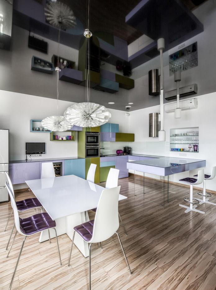 потолок с зеркальным эффектом на кухне