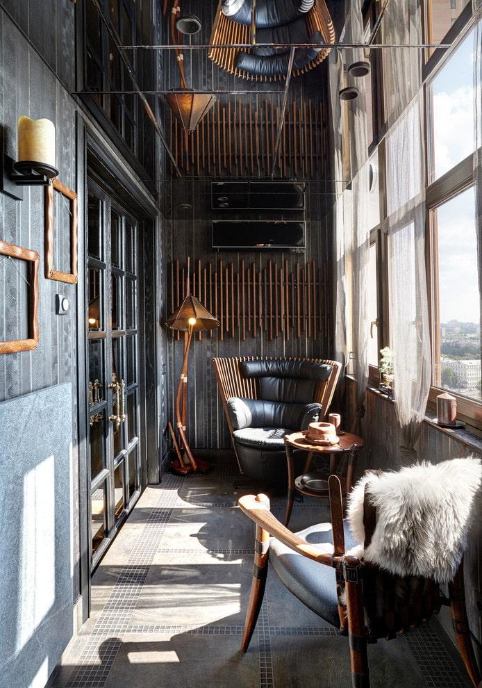потолок с зеркальным эффектом на балконе