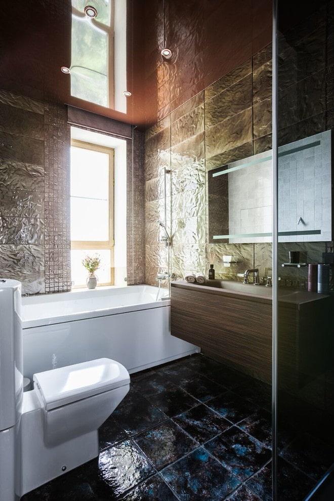 потолок с зеркальным эффектом в ванной