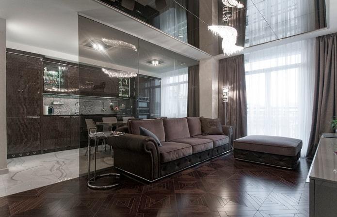 потолок с зеркальным эффектом в гостиной