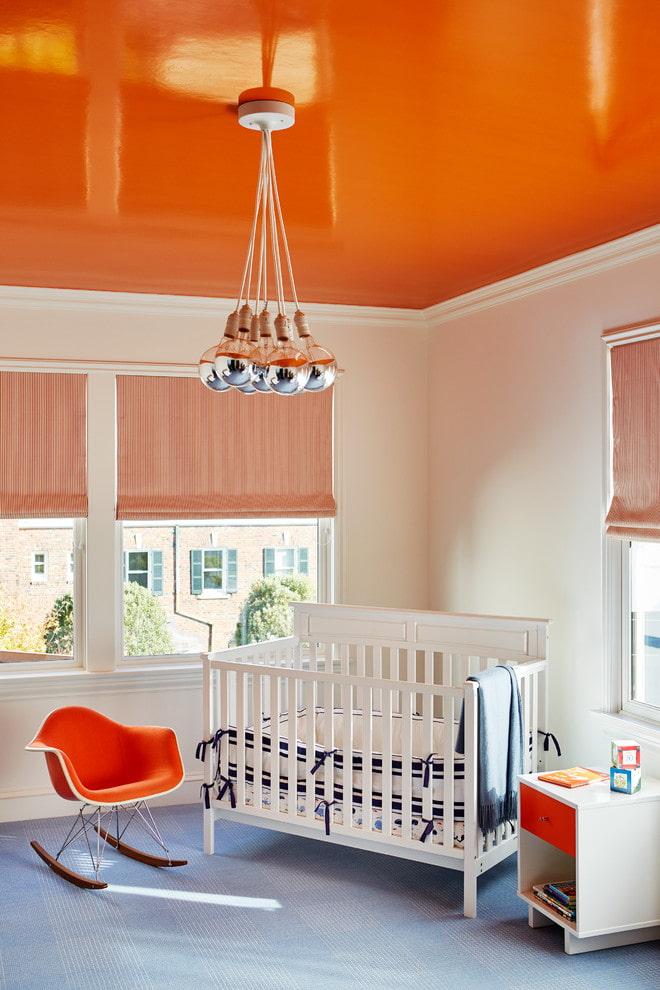 оранжевое натяжное полотно в интерьере