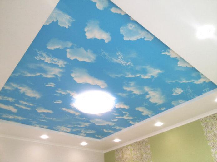 натяжное полотно с небом и облаками