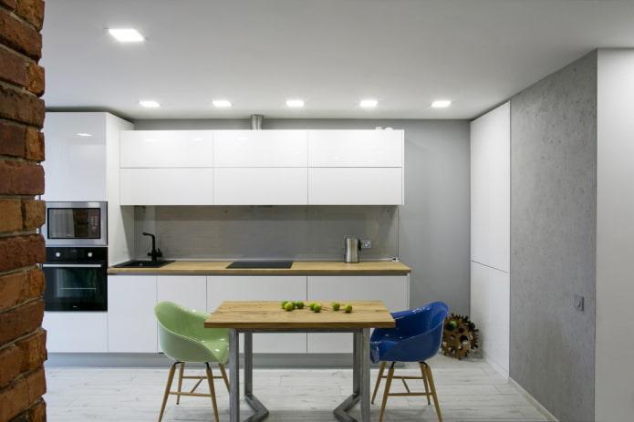 одноуровневый потолок в интерьере кухни