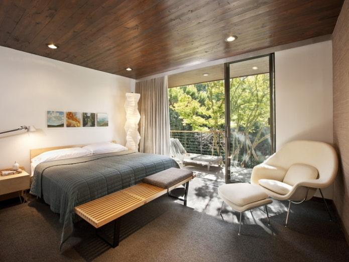 деревянный потолок в интерьере спальни