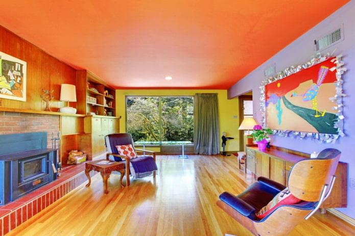 оранжевый потолок в интерьере гостиной