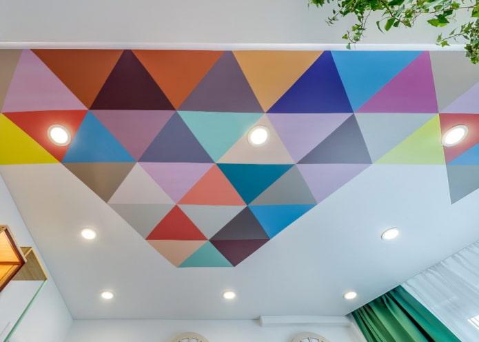 потолок с геометрическими рисунками