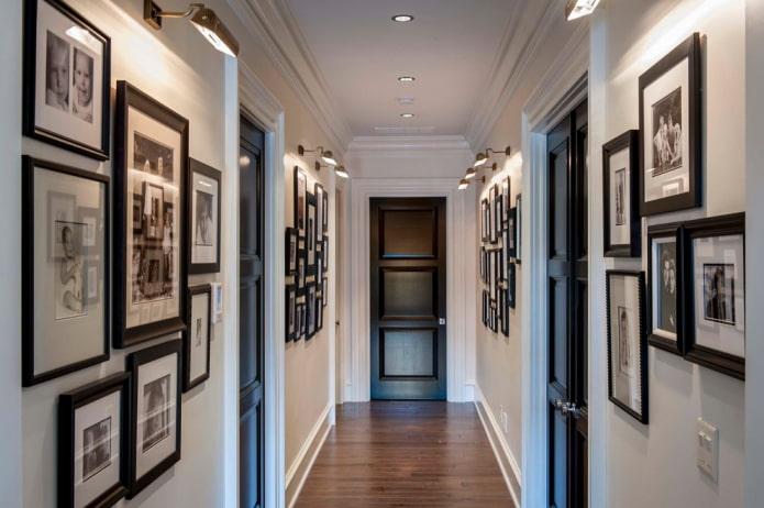 фотографии на стенах в коридоре