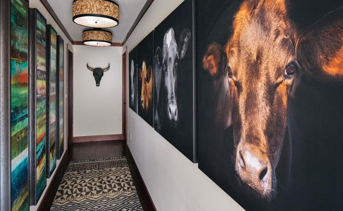 картины на стенах в коридоре