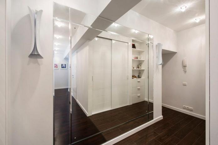 большое зеркало в интерьере коридора