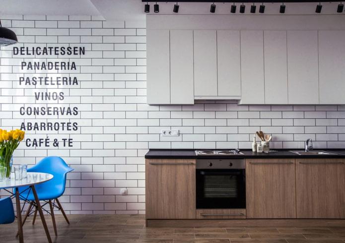 надписи на стене в интерьере кухни