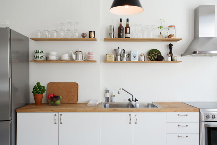 открытые полки на стене на кухне