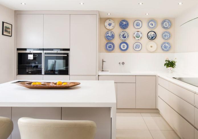 тарелки и блюдца на стене на кухне