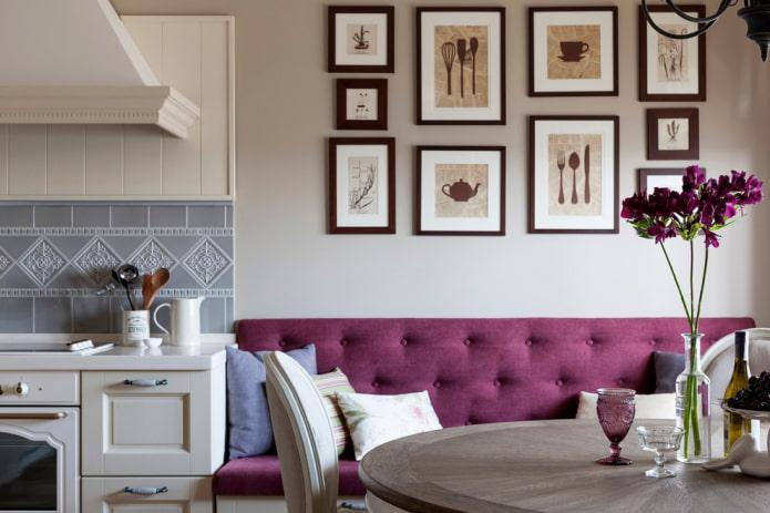 картины на стене в интерьере кухни