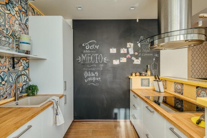 грифельная доска на стене в интерьере кухни