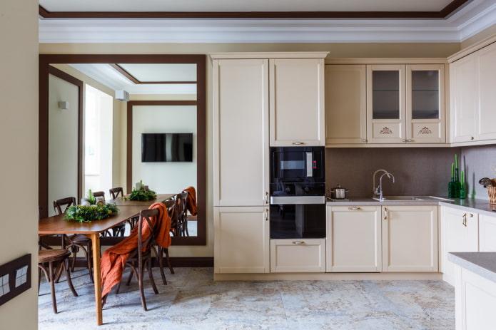 зеркало на стене в интерьере кухни