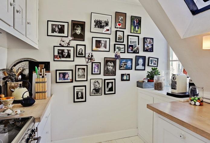 фотографии на стене в интерьере кухни