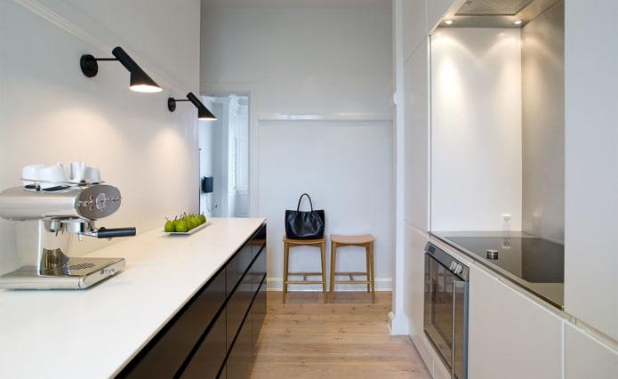 светильники на стене в интерьере кухни