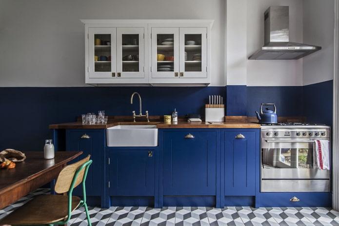 сине-белые стены в интерьере кухни
