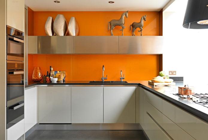 оранжевые стены в интерьере кухни