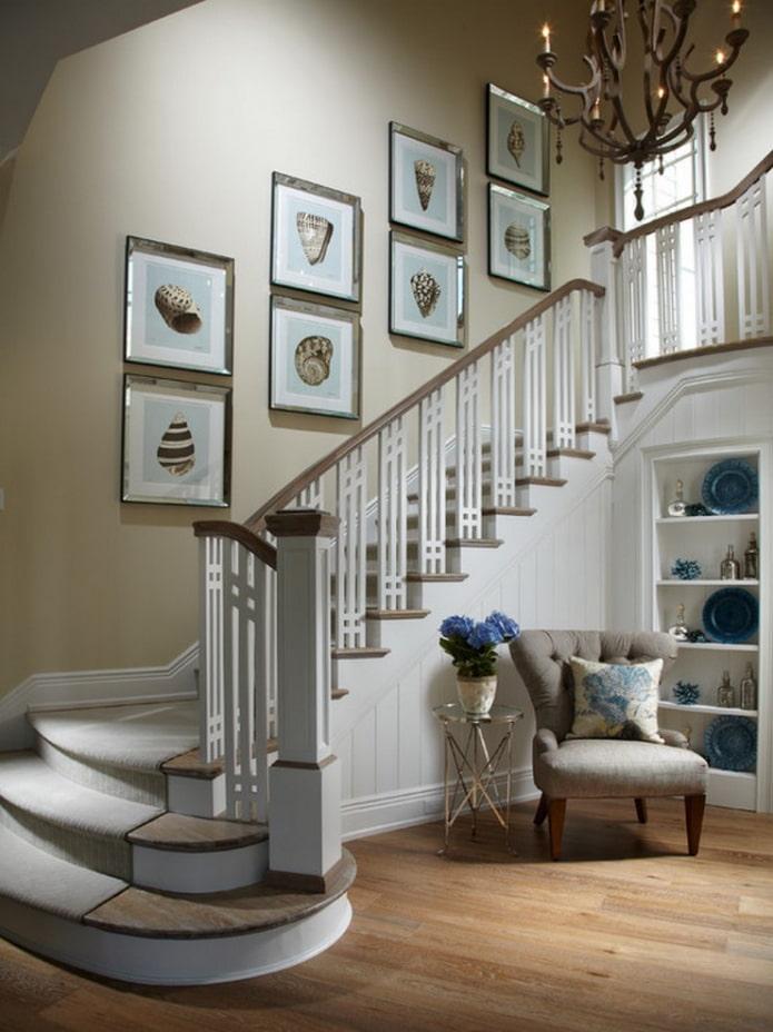 картины вдоль лестницы в прихожей