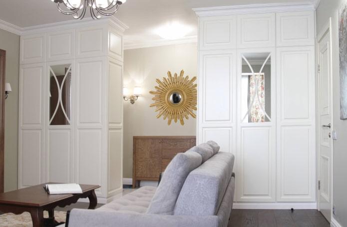 белые шкафы в виде перегородки в интерьере