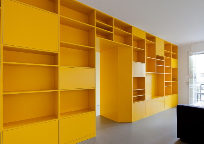 желтый шкаф в виде перегородки в интерьере