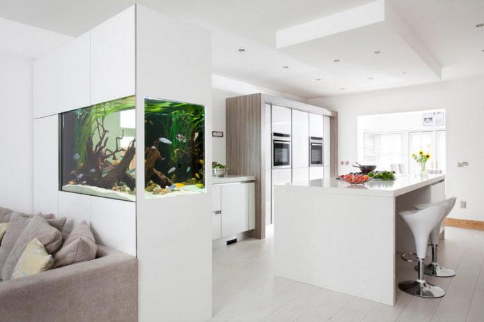шкаф с аквариумом в виде перегородки в интерьере