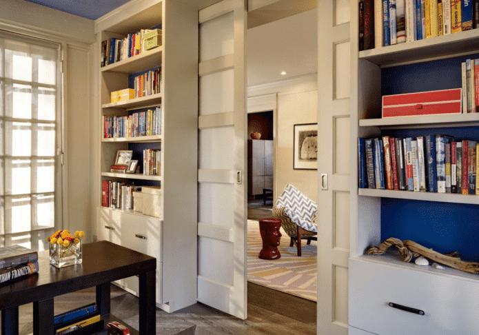 шкаф с дверью в виде перегородки в интерьере