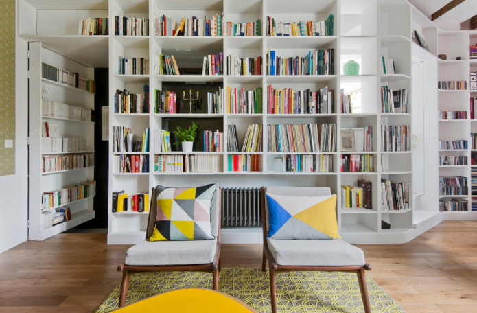 шкаф для книг в виде перегородки в интерьере